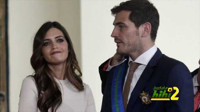 Spanish goalkeeper Iker Casillas (R) stands next to his partner Sara Carbonero after receiving the Grand Cross of the Royal Order of Sporting Merit at the Moncloa palace in Madrid, Spain, November 10, 2015. Casillas was honoured with the reward for his long and successful career as a goalkeeper.  REUTERS/Andrea Comas